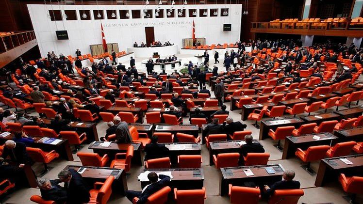 تركيا تقر قانونا أمنيا مثيرا يزيد صلاحيات الشرطة