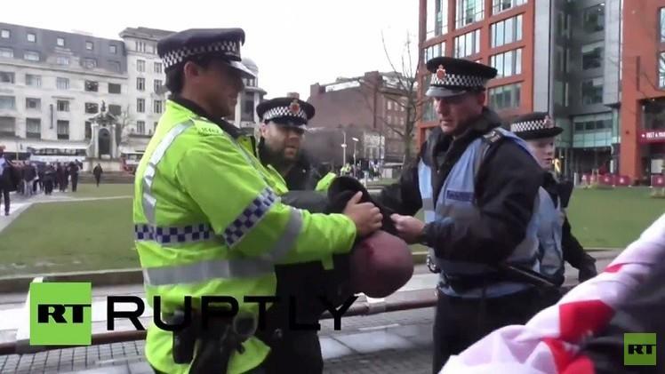 بريطانيا: اندلاع اشتباكات خلال مسيرة للعنصريين في مانشستر (فيديو)