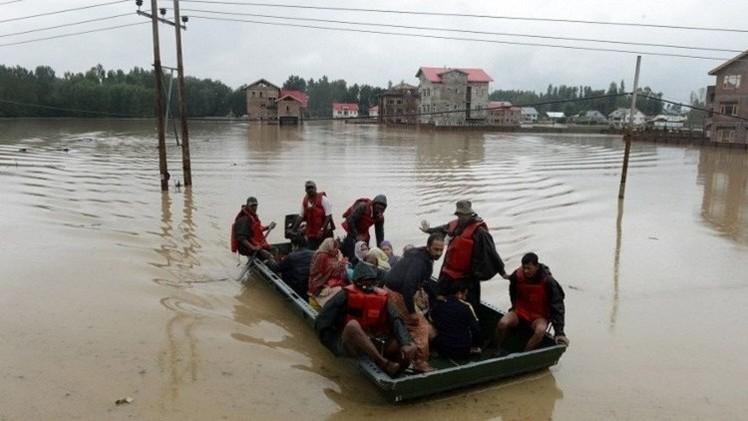 17 قتيلا إثر فيضانات وانهيار أرضي بكشمير (فيديو)
