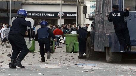 صورة أرشيفية  لمواجهات مع الشرطة الجزائرية