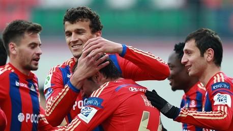 لاعبو تسيكسا يحتفلون بعد التسجيل في شباك أرسنال في الدوري الروسي