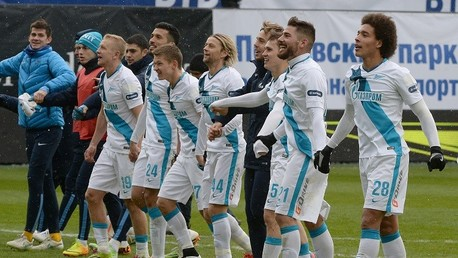 لاعبو زينيت يحتفلون بعد الفوز على دينامو في الدوري الروسي