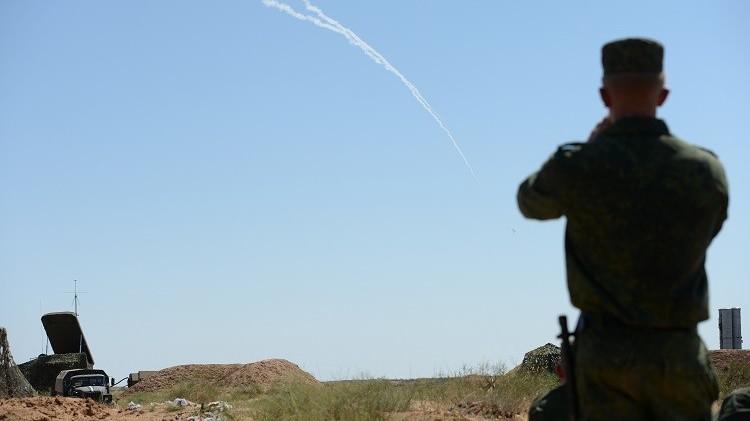 الجيش الروسي يطلق صواريخ إس-300 في نطاق تدريباته بسيبيريا