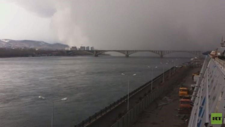 إعصار ثلجي يحجب الرؤية خلال ثوان (فيديو)