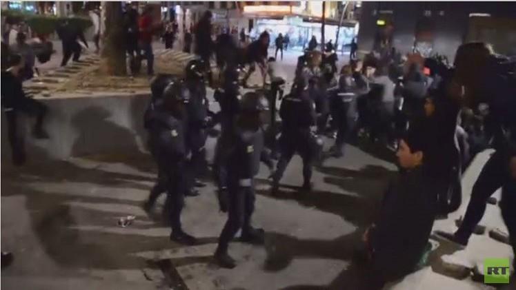 الشرطة الإسبانية تفرق محتجين على اعتقال فوضويين في مدريد (فيديو)