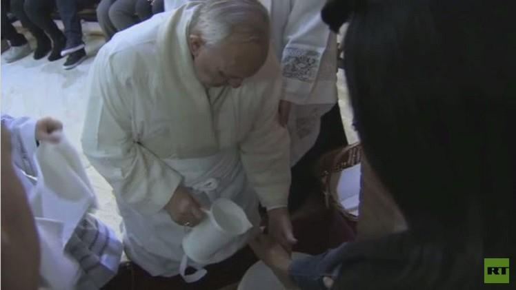 بالفيديو..البابا فرانسيس يغسل أقداما لسجناء يوم الخميس المقدس