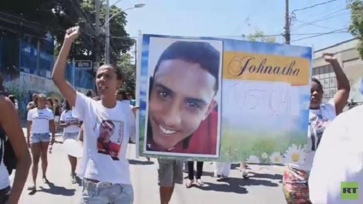 سكان الأحياء الفقيرة يحتجون على قسوة الشرطة البرازيلية (فيديو)
