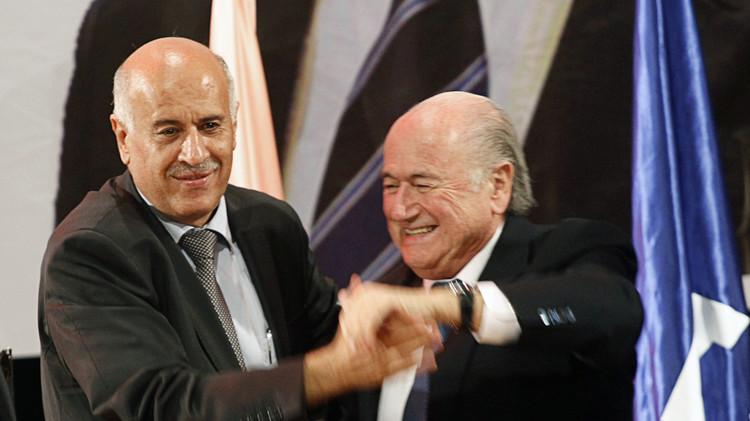 رئيس الاتحاد الفلسطيني يلتقي بلاتر لمناقشة تجميد عضوية إسرائيل في الفيفا