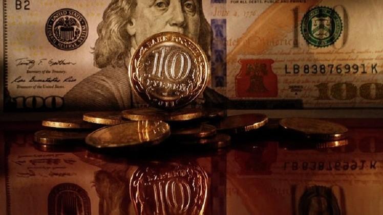 الدولار يتراجع إلى ما دون 56 روبلا لأول مرة في 2015