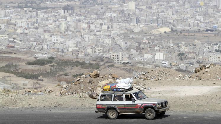 الأهالي يفرون من صنعاء برفقة أمتعتهم خوفا من عودة القصف الجوي على المدينة