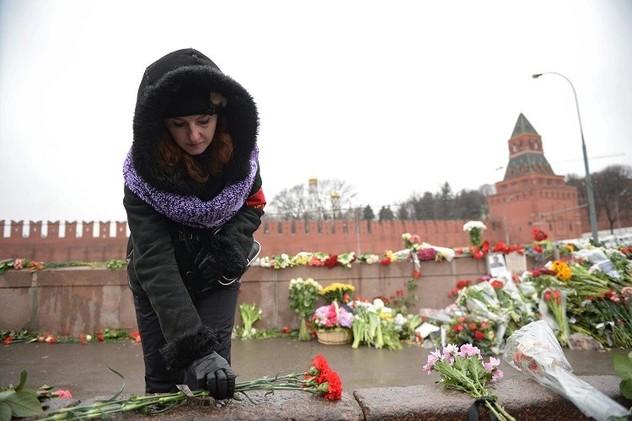 مواطنون روس يحيون أربعينية المعارض نيمتسوف