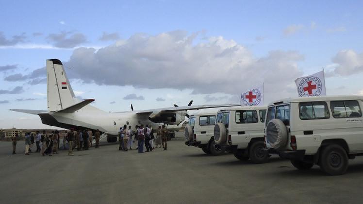 الصليب الأحمر يؤكد وصول أول طائرة بكوادر طبية إلى اليمن