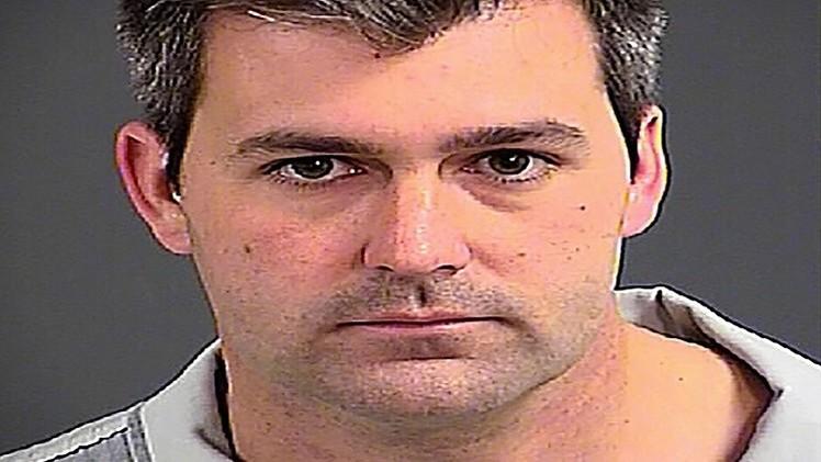 توجيه تهمة القتل إلى شرطي أبيض قتل رجلا أسمر البشرة بدم بارد