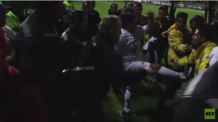 بالفيديو..مارادونا يرفس أحد الحكام أثناء مباراة السلام لكرة القدم