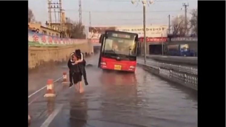 فيديو..عامل مناجم صيني يغدو بطلا في أعين مستخدمي الإنترنت بالصين