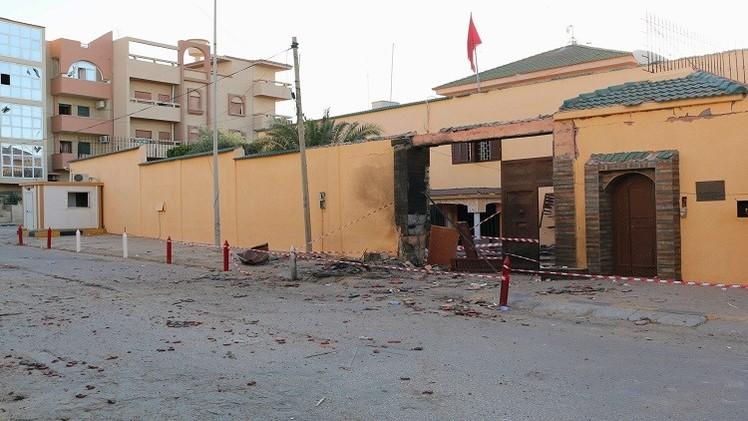 المغرب تطالب بفتح تحقيق إثر التفجير الذي وقع أمام سفارتها في طرابلس  (فيديو)