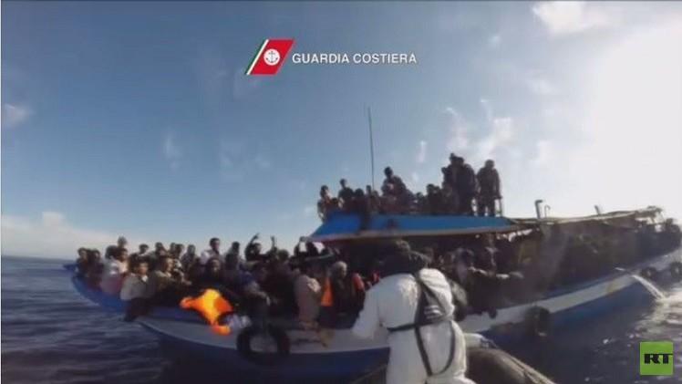 مفرزة إيطالية من خفر السواحل تنقذ 144 مهاجرا بالقرب من السواحل الليبية (فيديو)