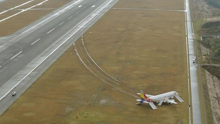 إلغاء 54 رحلة جوية في اليابان عقب اصطدام طائرة كورية بهوائي (فيديو)