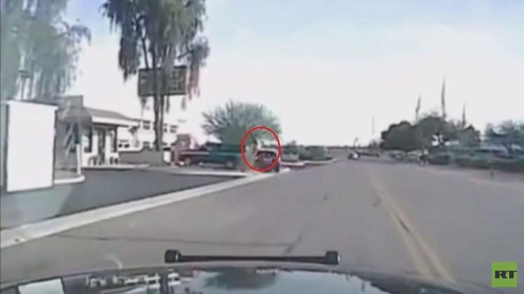 سيارة شرطة تدهس لصا بعد قيامه بعدد من الجرائم في يوم واحد (فيديو)