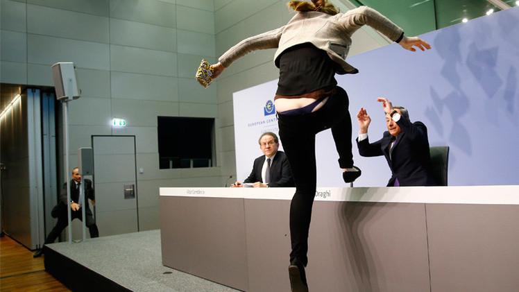 محتجة تنقض على رئيس البنك المركزي الأوروبي (فيديو)