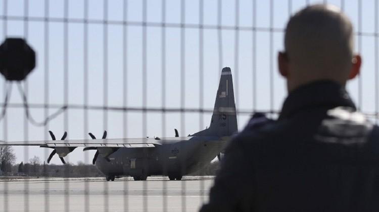 طائرة نقل عسكرية أمريكية تهبط في مطار لفيف