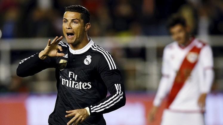 رئيس ريال مدريد يسلم رونالدو قميصا يحمل رقم (300)