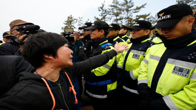 اصابة أكثر من 70 شرطيا في اضطرابات عارمة بسيؤول (فيديو)