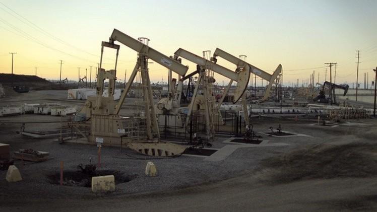 النفط يواصل ارتفاعه وبرنت يحوم حول 64 دولارا للبرميل