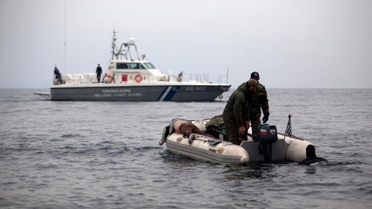غرق سفينة تقل أكثر من 300 مهاجر قرب سواحل اليونان (فيديو)