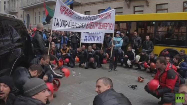 آلاف من عمال المناجم يتظاهرون أمام مقر الحكومة الأوكرانية (فيديو)