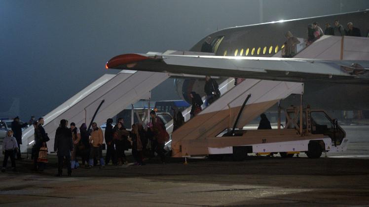طائرتان روسيتان تجليان نحو 300 شخص من اليمن (فيديو)