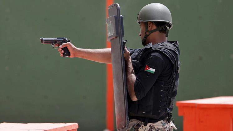 فرد من قوات الصاعقة الأردنية أثناء تنفيذ أحد العمليات الخاصة، 22 أبريل/نيسان 2015