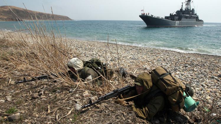 رجال الاستطلاع يخوضون معركة تدريبية  بعد الإنزال  البحري في منطقة كليرك باقليم بريموريه الروسي