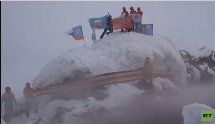 فيديو..متسلقون يربطون شريط القديس جاورجيوس حول فوهة بركان مشهور