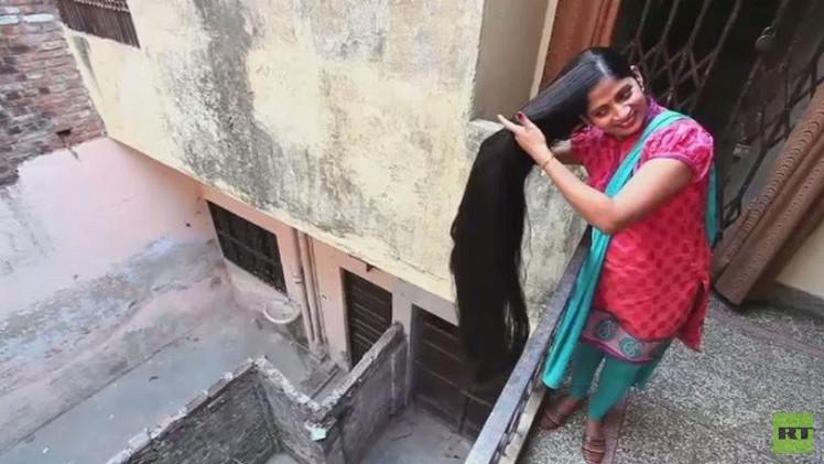 هندية تسعى لدخول كتاب غينيس بشعرها الطويل (فيديو)