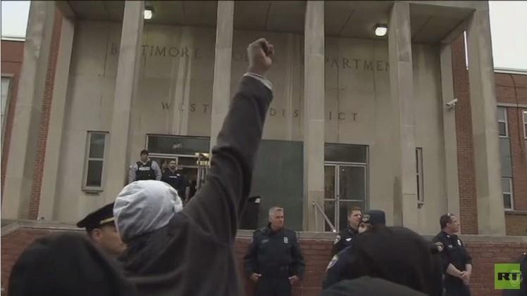احتجاجات في بالتيمور الأمريكية على مقتل مواطن أسودعلى يد الشرطة (فيديو)