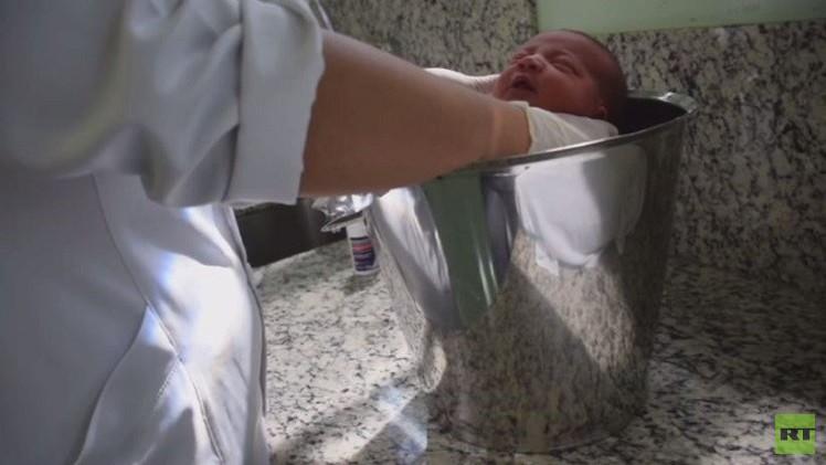 حمام في دلو.. تقنية برازيلية لخفض التوتر لدى الأطفال (فيديو)