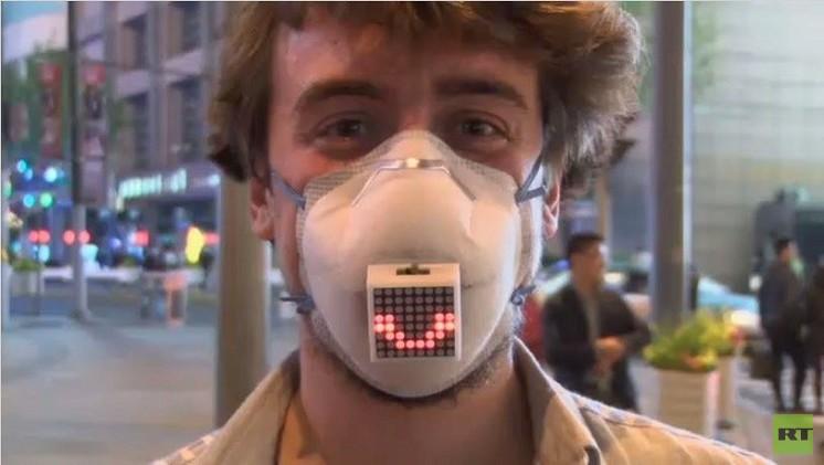 قناع التلوث يعبر عن حالة مرتديه في الصين (فيديو)