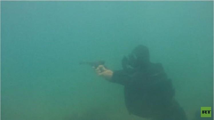 تدريبات لحماية سفن الاسطول الروسي من المخربين تحت الماء (فيديو)