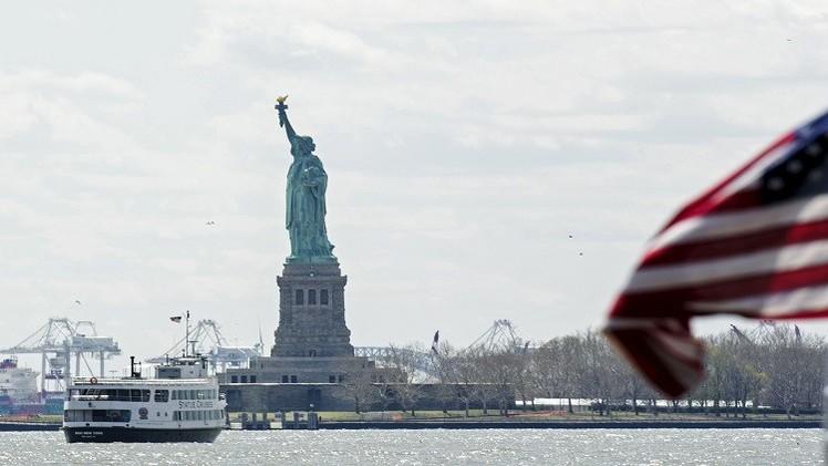إخلاء ساحة تمثال الحرية بنيويورك إثر بلاغ بوجود طرد مشبوه