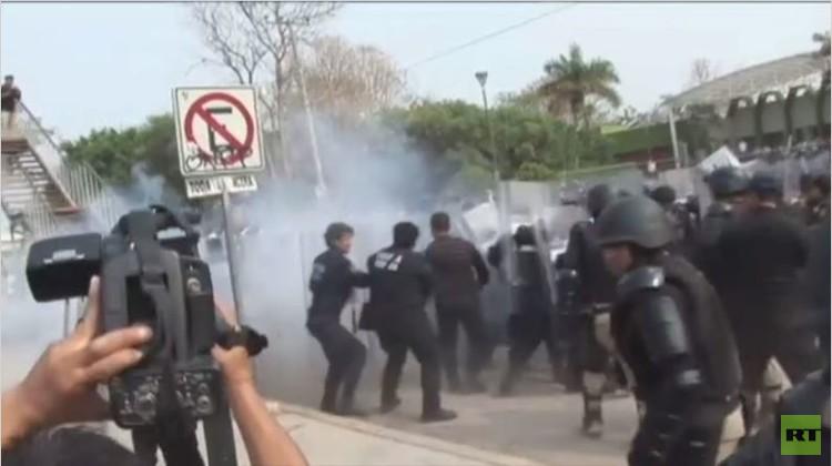 اشتباكات بين الشرطة ومحتجين في تشياباس المكسيكية (فيديو)