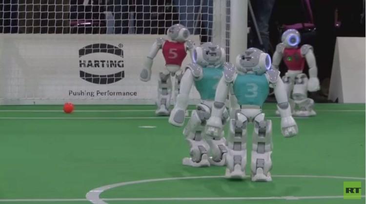 روبوتات ألمانيا تسعى للتفوق على البشر في كرة القدم بحلول عام 2050 (فيديو)