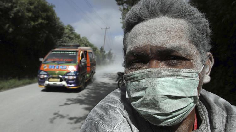 (صورة) لاعبو فريق للهواة يرتدون الأقنعة بسبب بركان تشيلي