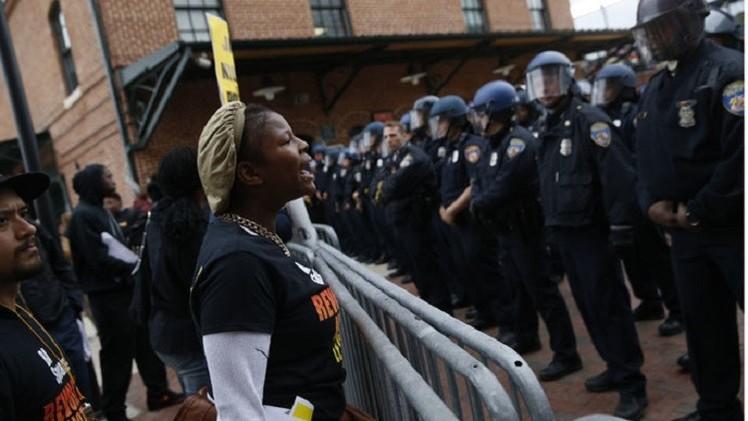مواجهات شرقي الولايات المتحدة على خلفية مقتل شاب من أصول إفريقية (فيديو + صور)