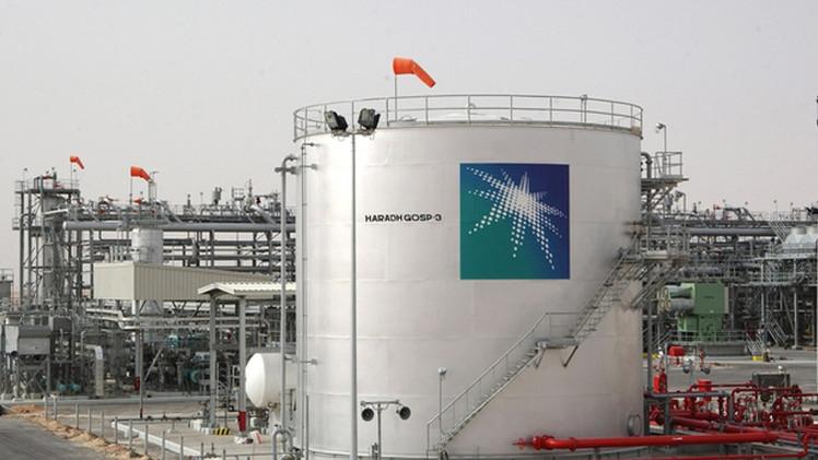 النفط يهبط بسبب وفرة المعروض رغم التعديل الحكومي في السعودية