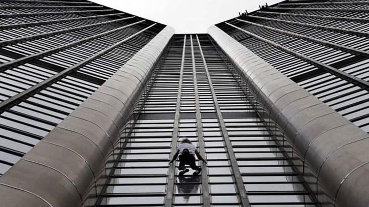 الرجل العنكبوت الفرنسي يتسلق برج باريس من أجل ضحايا زلزال النيبال (فيديو)