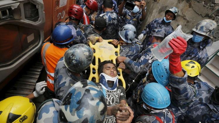 نيبال: إنقاذ فتى قضى تحت الأنقاض5 أيام .. وحصيلة الضحايا5844 (فيديو)