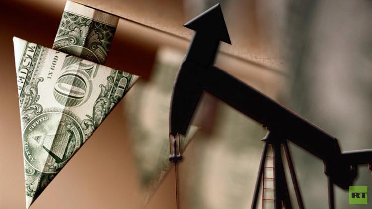 أسعار النفط تقفز إلى أعلى مستوى لها في 2015 نتيجة لهبوط الدولار