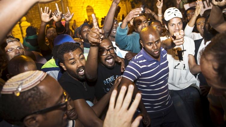 يهود من أصول أثيوبية يتظاهرون ضد عنصرية الشرطة الإسرائيلية