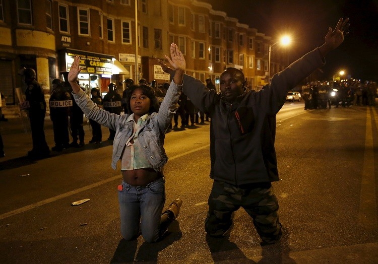 متظاهرو بالتيمور يتحدون حظر التجوال.. والشرطة تعتقل أكثر من 60 شخصا في نيويورك (فيديو + صور)